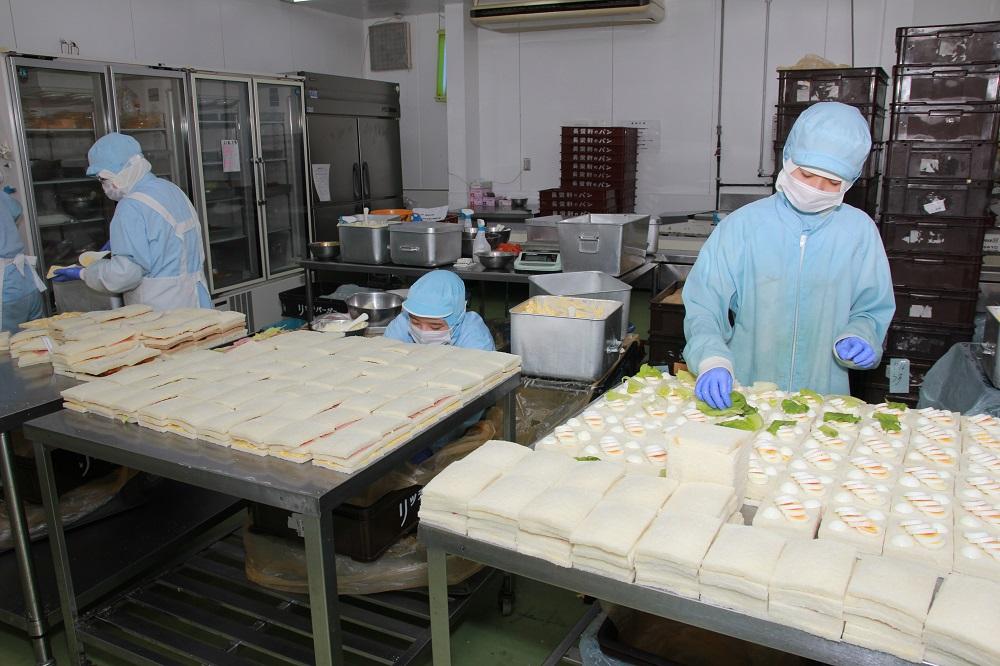 リッチバーガーでは、当社の工場ではおいしさを追求するために、機械による製造ではなく、毎朝手作りで具材を製造しています。リッチバーガーの製造風景の写真です。